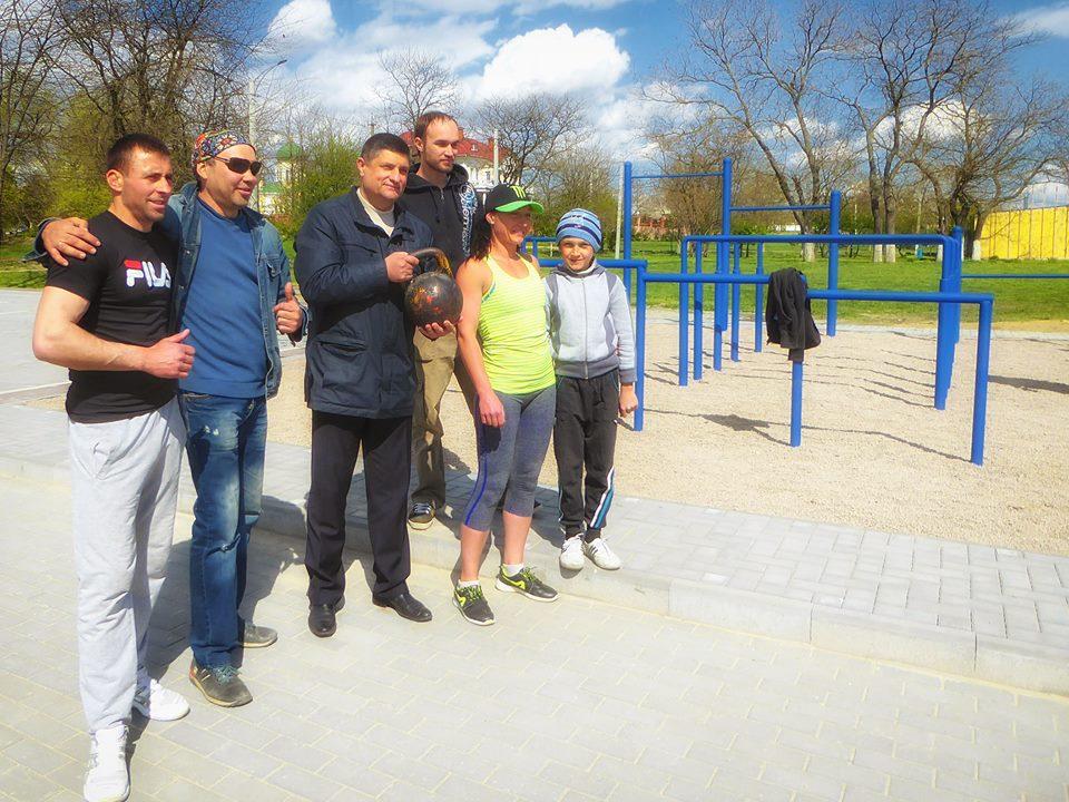 Abramchenko-so-sportsmenami В Измаиле появилась первая площадка для Воркаута