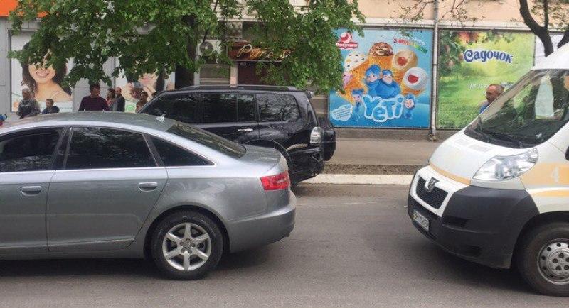 """Авария на """"сквозняке"""" в Измаиле: Daewoo врезалось в припаркованные автомобили"""