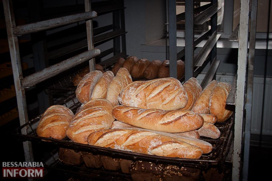 Неделя до Пасхи: как в Измаиле пекут куличи на одном из крупнейших хлебокомбинатов