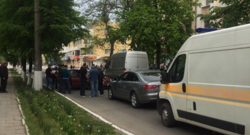 """KoVc6CG_sZE Авария на """"сквозняке"""" в Измаиле: Daewoo врезалось в припаркованные автомобили"""