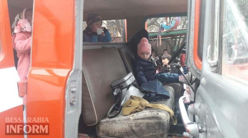 """detiv-pozharnoj-mashine В Измаиле из детского сада «Чебурашка»  спасатели """"эвакуировали"""" детей"""