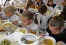 Без сосисок и полуфабрикатов: в Минздраве хотят изменить питание детей в школах и садиках