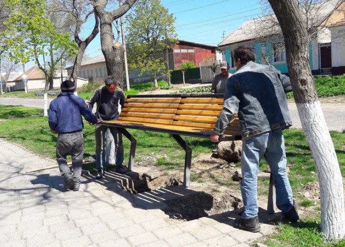ustanovka-skameek-v-Bolgrade Не сакуры, но тоже хорошо: в Болграде решили высадить дубовый парк