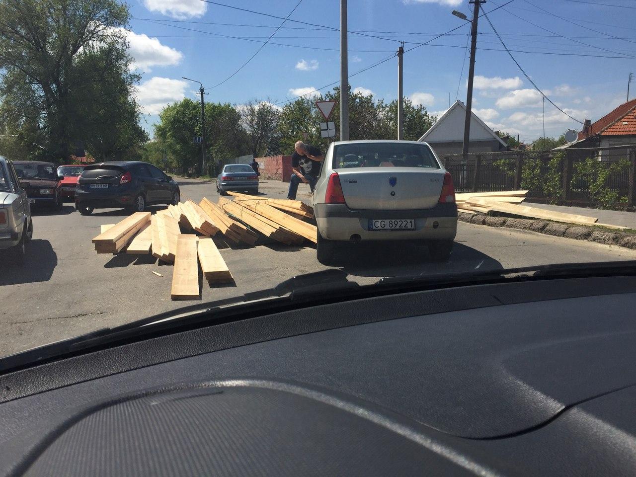 """В Белгород-Днестровском водитель фуры """"уронил"""" свой груз на легковой автомобиль"""