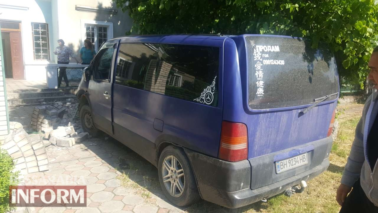 5919a930c0d6b_344346 В Измаиле водитель микроавтобуса, протаранив забор, бросил автомобиль и скрылся с места аварии
