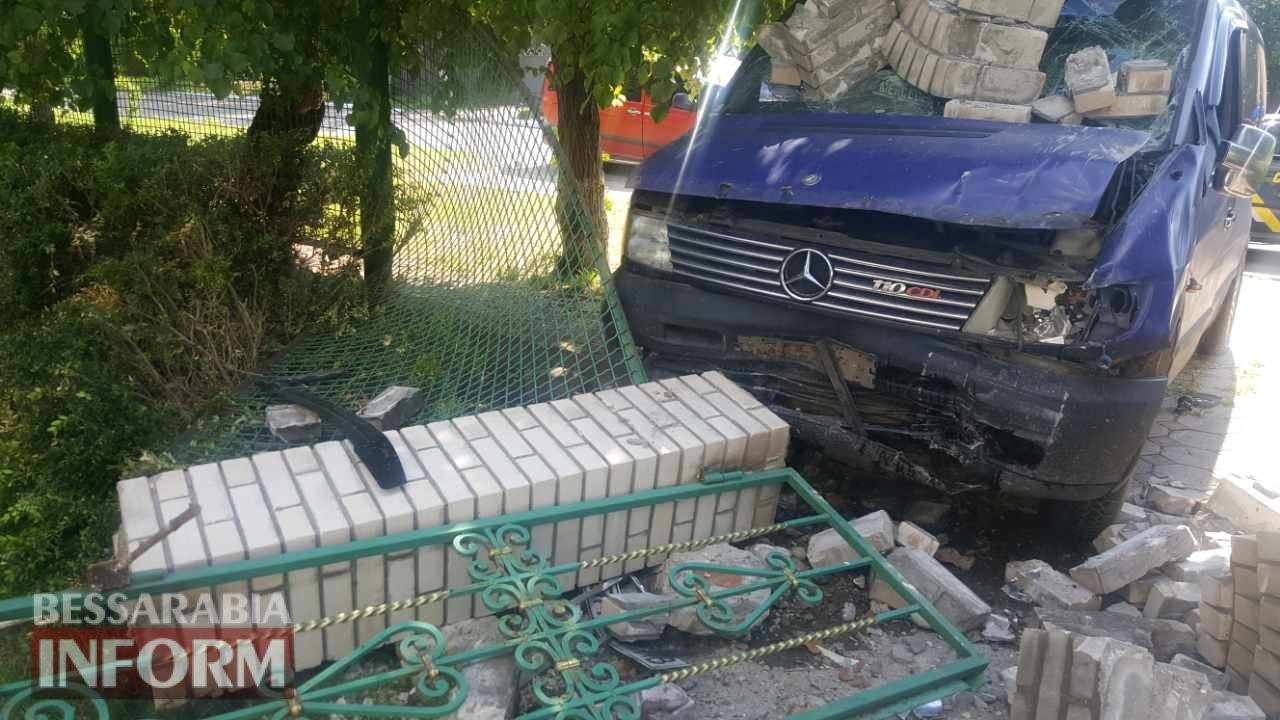 В Измаиле водитель микроавтобуса, протаранив забор, бросил автомобиль и скрылся с места аварии