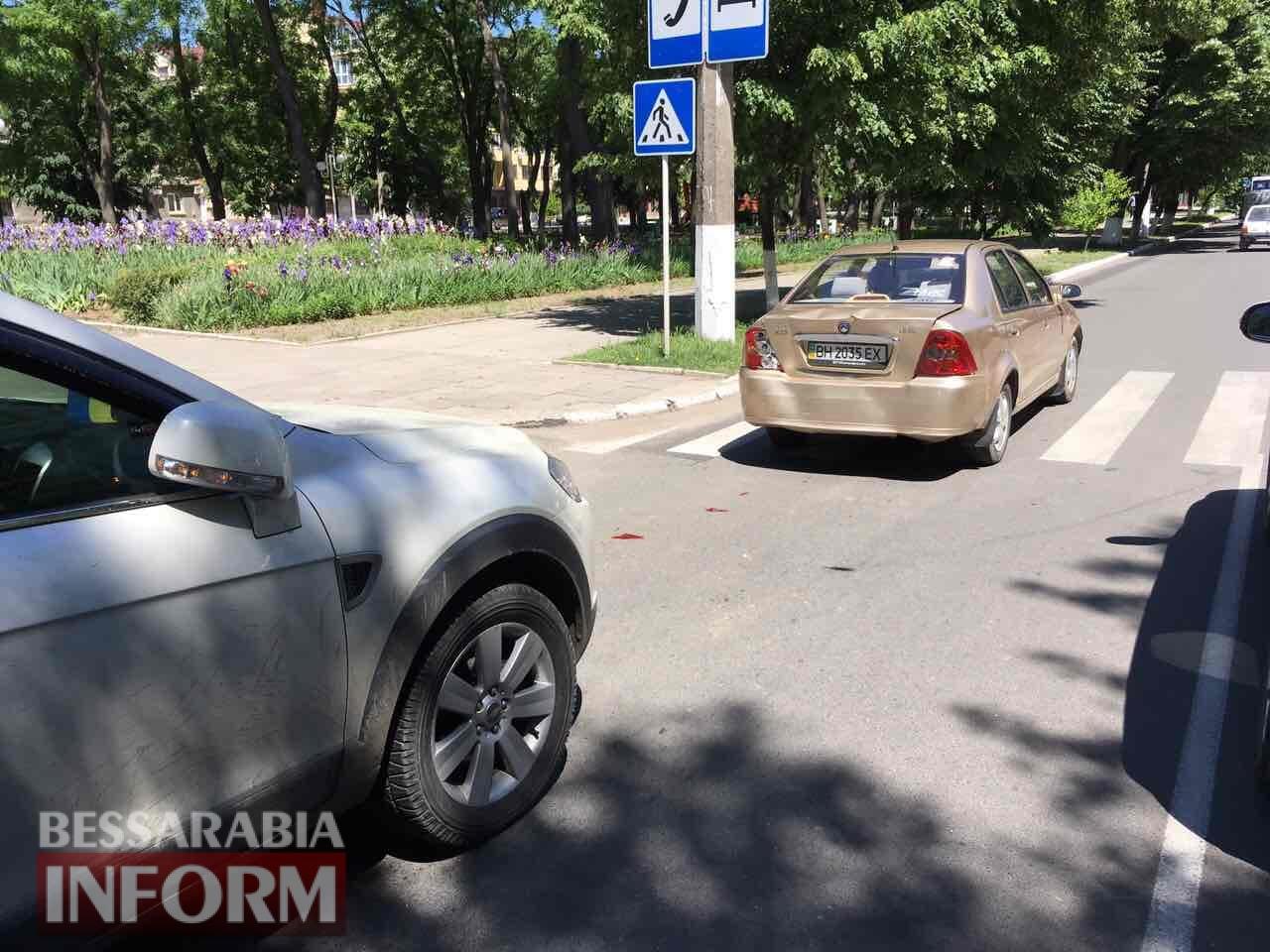 """В Измаиле Chevrolet Captiva """"догнал"""" на пешеходном переходе Geely"""