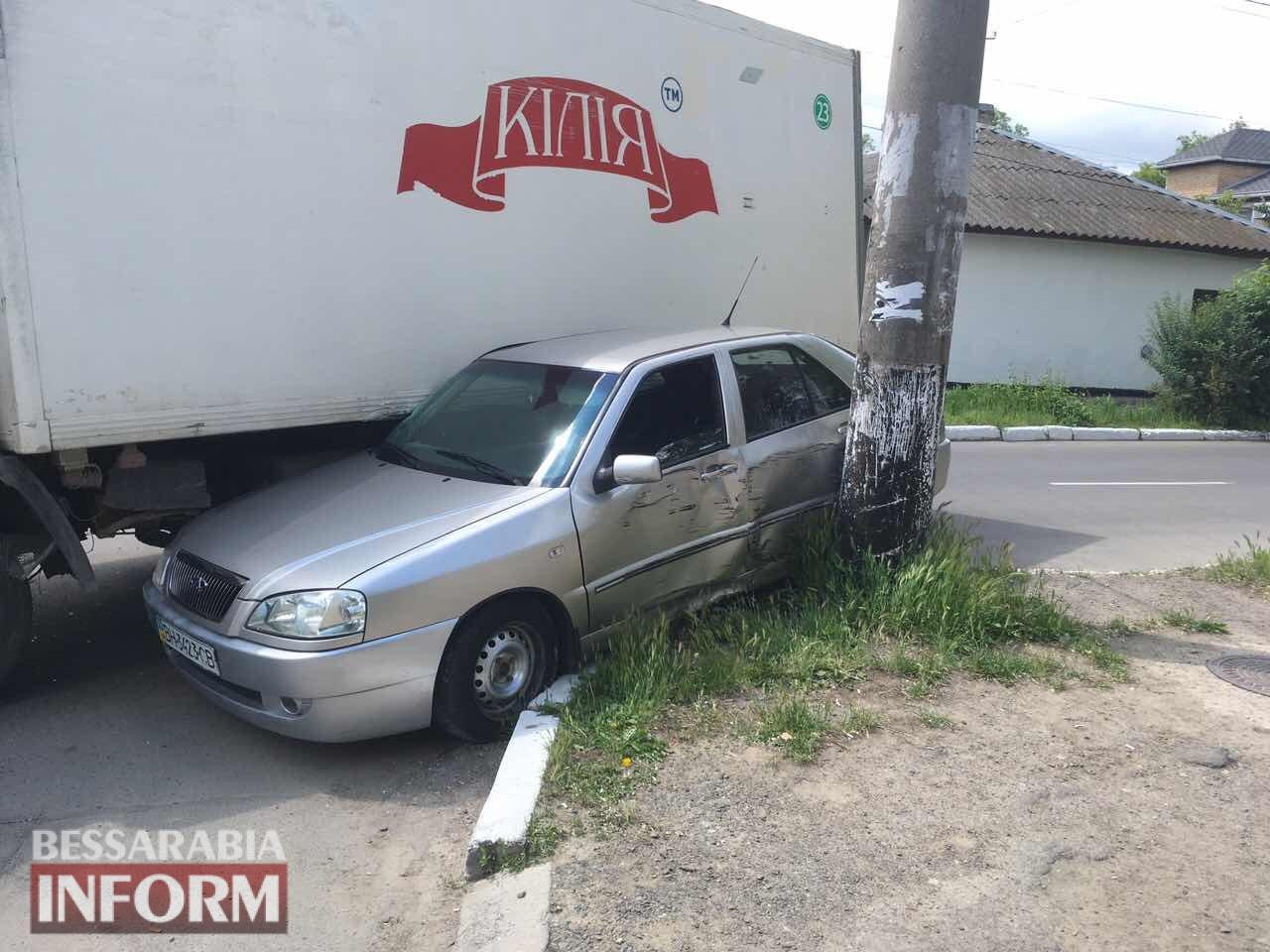 """5927f1f31a6c9_3457457345 В Измаиле грузовик """"впечатал"""" легковушку в столб, пострадала беременная девушка"""