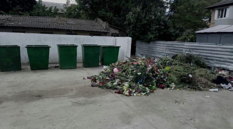 Измаильские бомжи бойко создавали букеты из ритуальных цветов, возложенных ранее на братской могиле