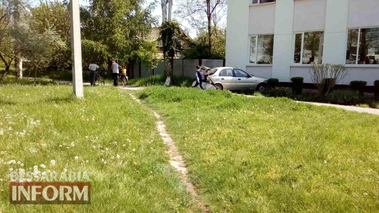 V-Izmaile-avto-vrezalos-v-zdanie-shkoly В Измаиле в результате ДТП автомобиль врезался в здание школы