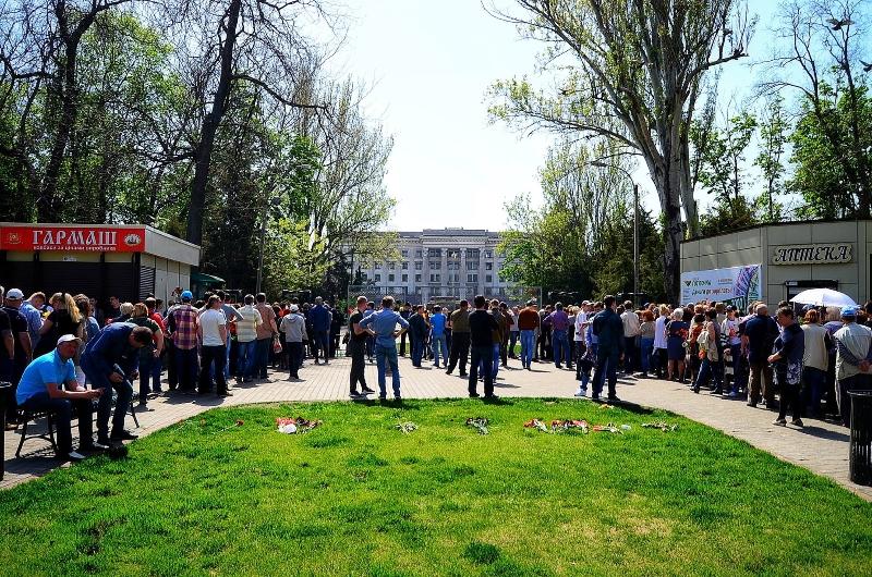 vozle_kulikova_polya_vistraivayutsya_ogromnie_ocheredi_3087 2 мая в Одессе: цветы у мест гибели людей и задержание предполагаемых террористов