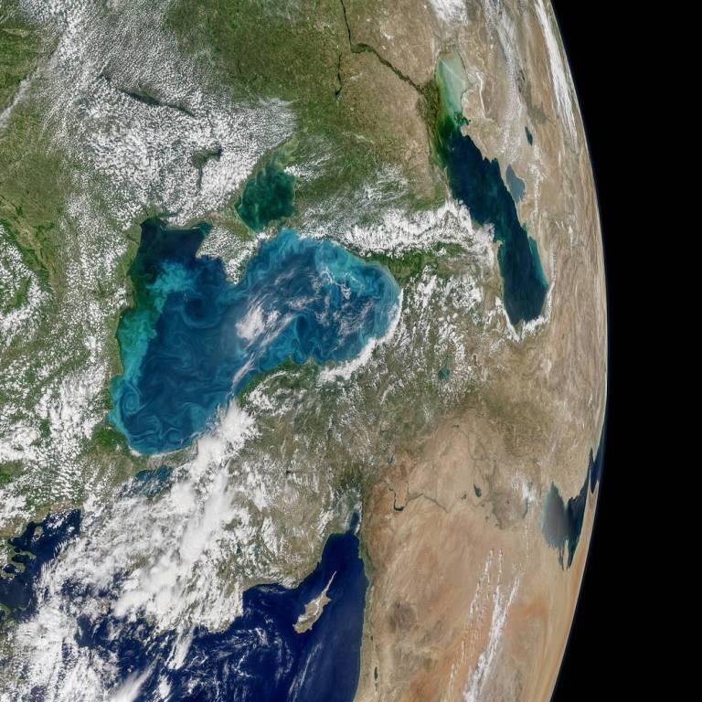 Оно вовсе не черное! - NASA опубликовало снимки из космоса с бирюзовыми вихрями в Черном море