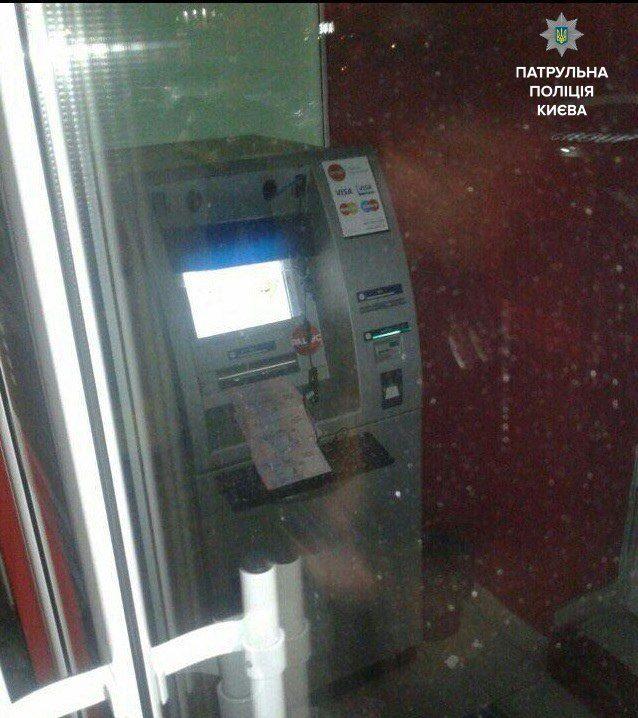 В Киеве из банкомата два часа сыпались 200-гривневые купюры