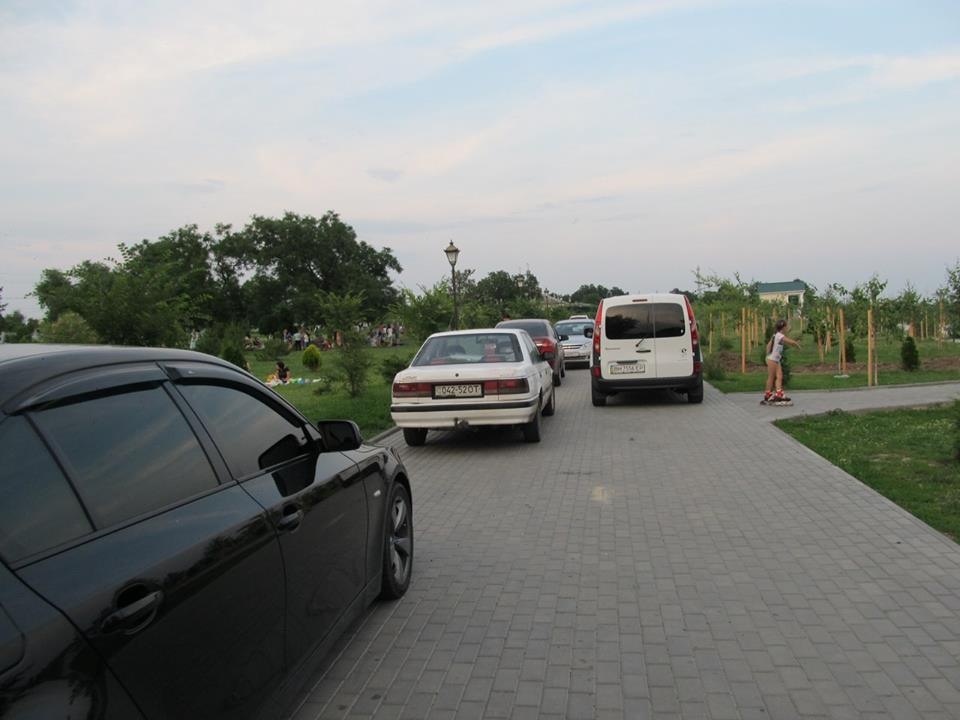 В Измаиле водители оккупировали новую набережную возле диорамы