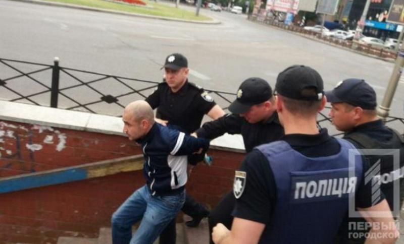 Экс-губернатора Саакашвили в Кривом Роге забросали яйцами и зеленкой