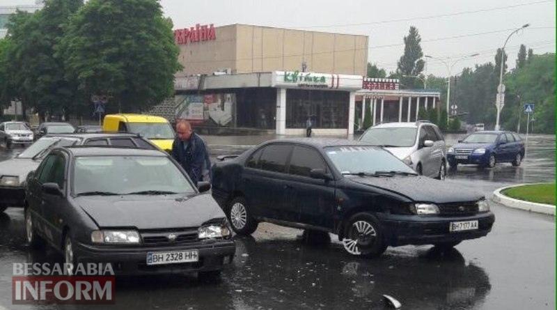 593a856fa2d1d_34436324 Авария на площади Мира в Измаиле: Nissan Primera vs Toyota Carina E