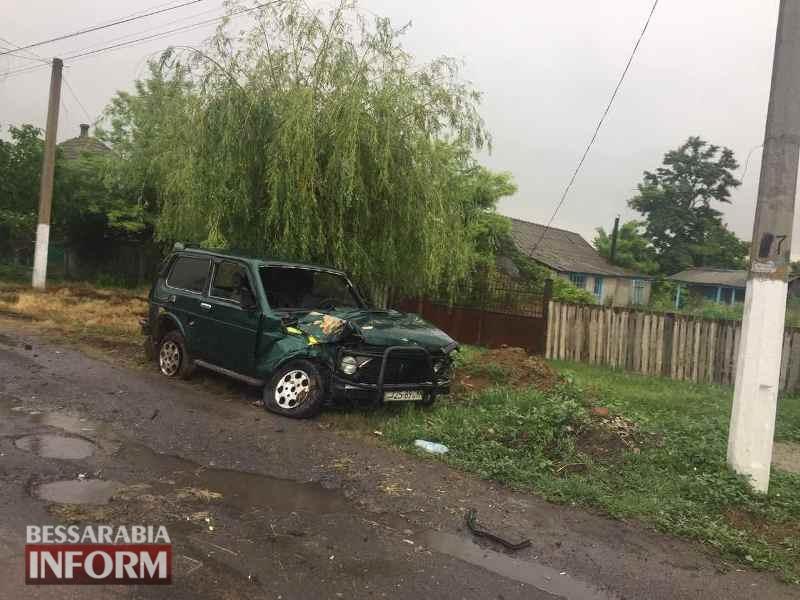 """593a895dabb50_viber-image5454 В Килии """"Ниву"""" занесло на мокрой дороге: машина врезалась в дерево и изрядно пострадала"""