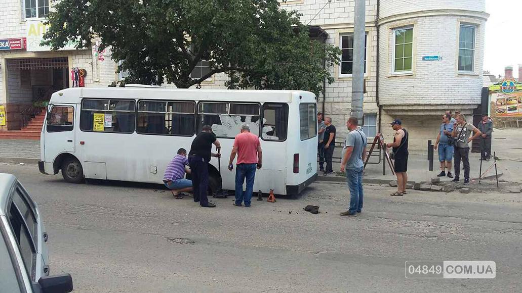 В Белгород-Днестровском маршрутка задним колесом провалилась под асфальт