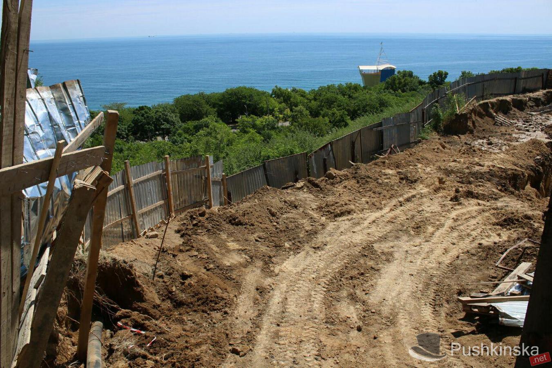 В Одессе самовольные застройщики уничтожают территорию возле Ботанического сада
