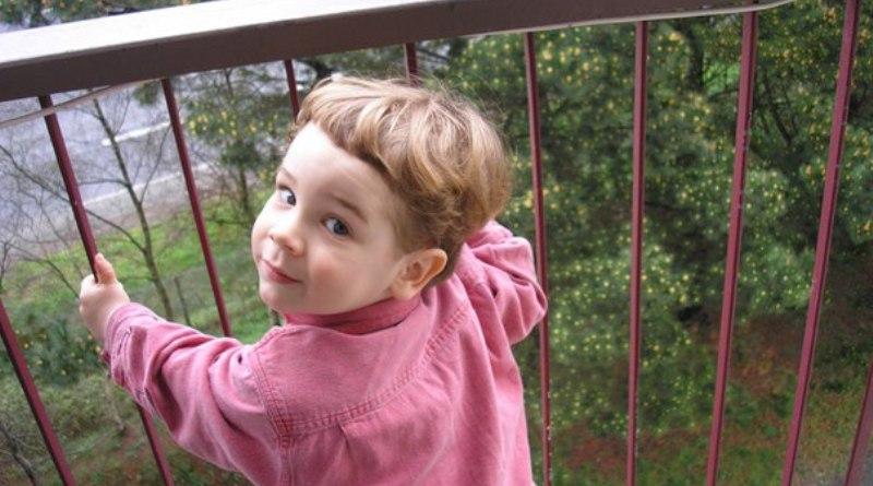 В лидском районе девочка выпала с балкона четвертого этажа.