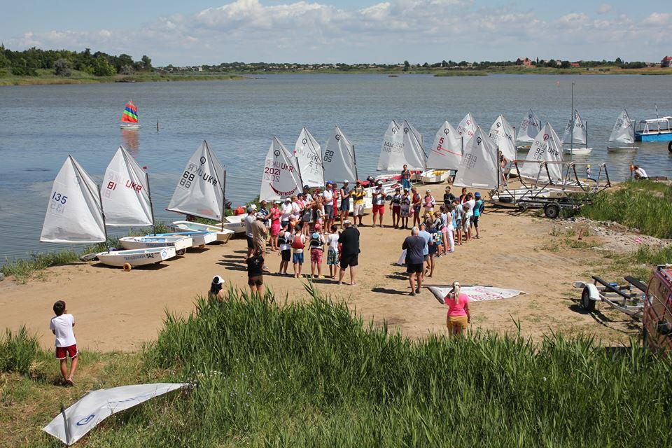 В Сергеевке ветераны-яхтсмены провели регату на детских парусниках