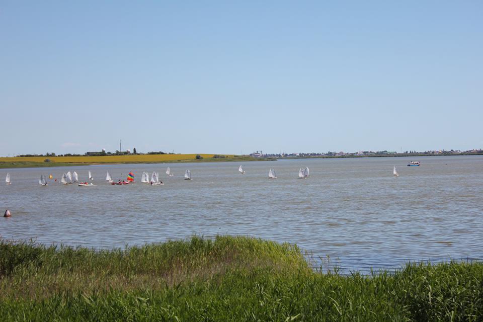 07 В Сергеевке ветераны-яхтсмены провели регату на детских парусниках