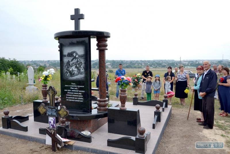 140049-pamyatnik-pogibshemu-v-ato-morskomu-specnazovcu-ustanovili-v-izmailjskom-rajone-big В селе Каменка Измаильского района установили памятник погибшему в АТО морскому спецназовцу