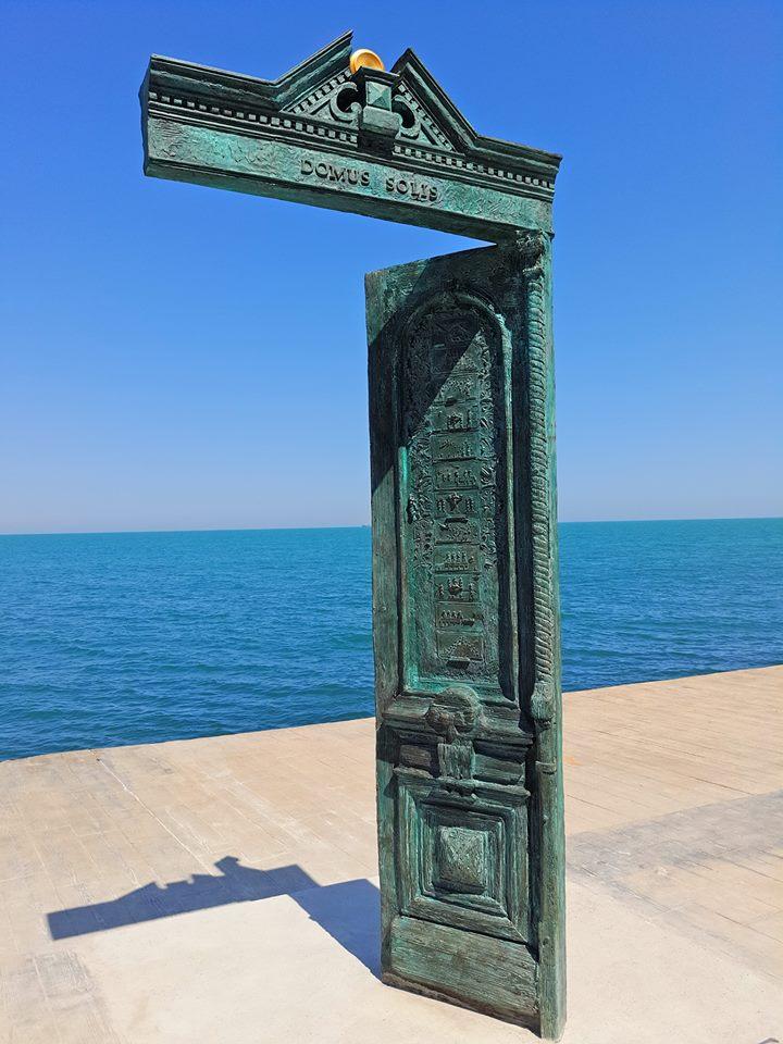 19894642_1447334475334348_2565817431392188199_n В Одессе у моря появилась новая достопримечательность: памятник в виде двери