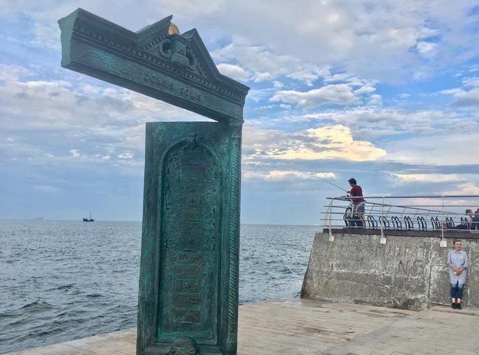 19894894_1615155608516447_5014871344965711189_n В Одессе у моря появилась новая достопримечательность: памятник в виде двери