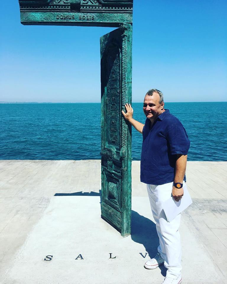 19989562_1435043173246433_5627565115313134278_n В Одессе у моря появилась новая достопримечательность: памятник в виде двери