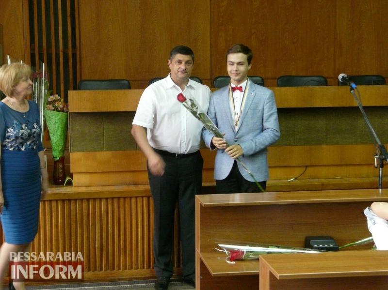 595b69cd808c3_P1070870 Гордость Измаила: лучшим городским выпускникам вручили медали