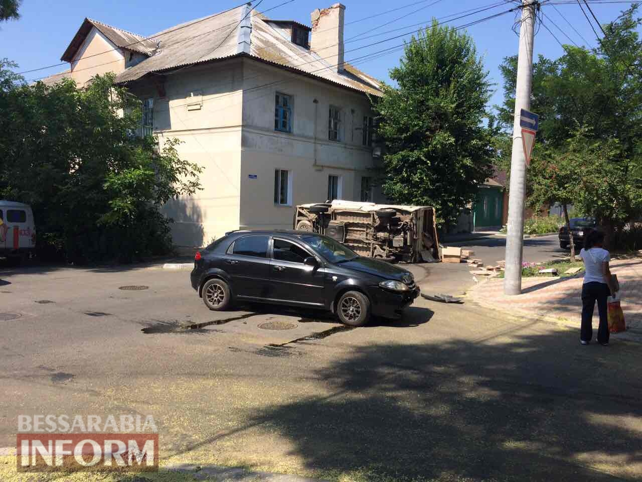 ДТП в Измаиле: Chevrolet Lacetti завалил на бок грузовой микроавтобус