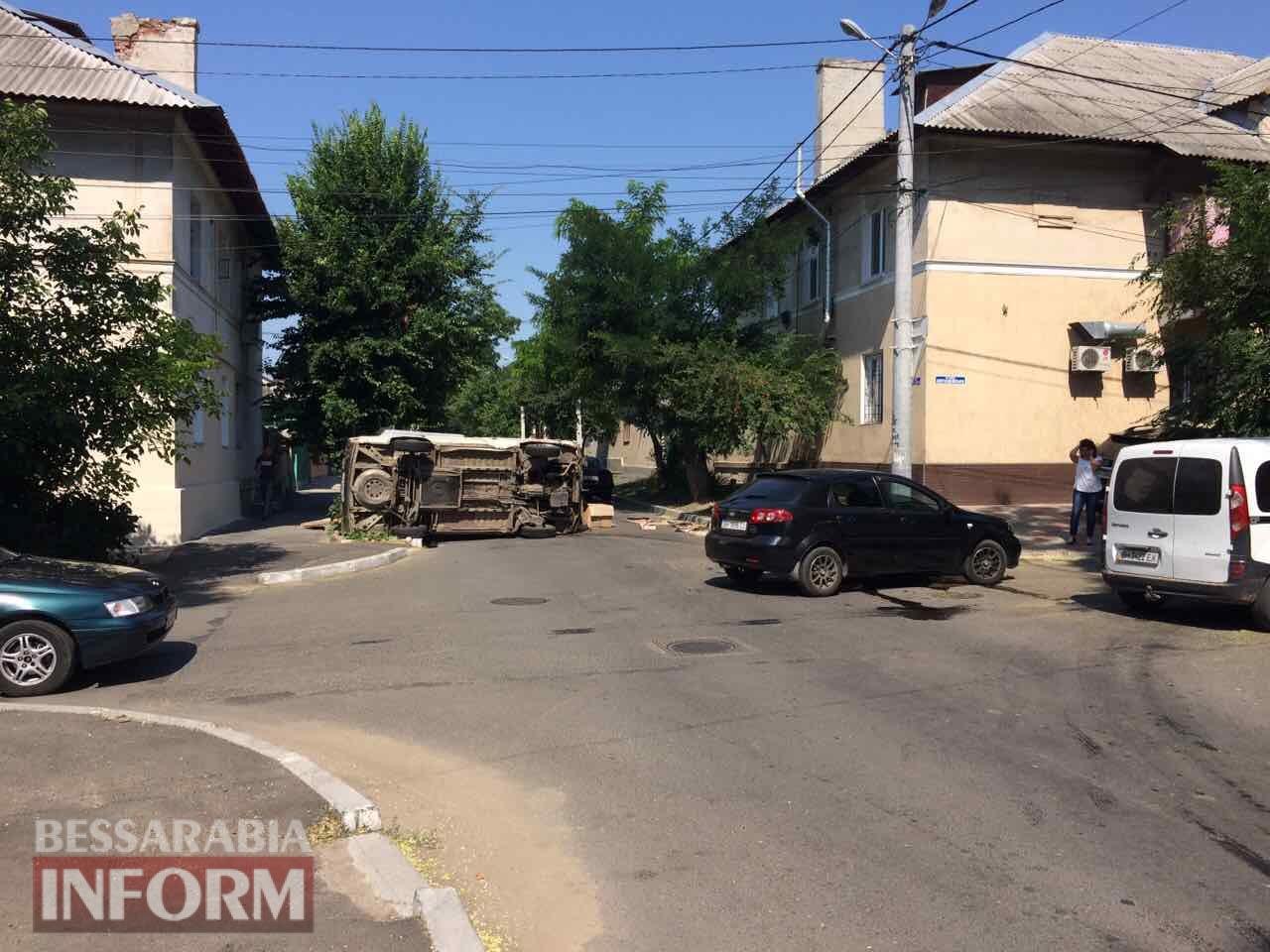 596f1fed60417_2334656456 ДТП в Измаиле: Chevrolet Lacetti завалил на бок грузовой микроавтобус