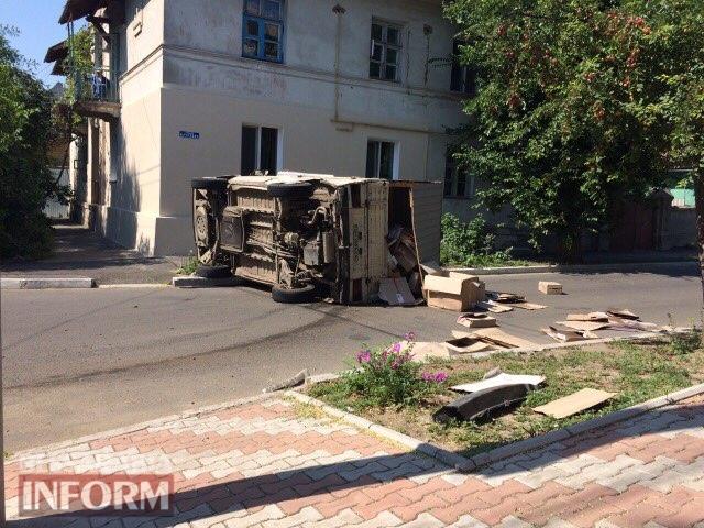 596f1fee73d5d_viber-image ДТП в Измаиле: Chevrolet Lacetti завалил на бок грузовой микроавтобус