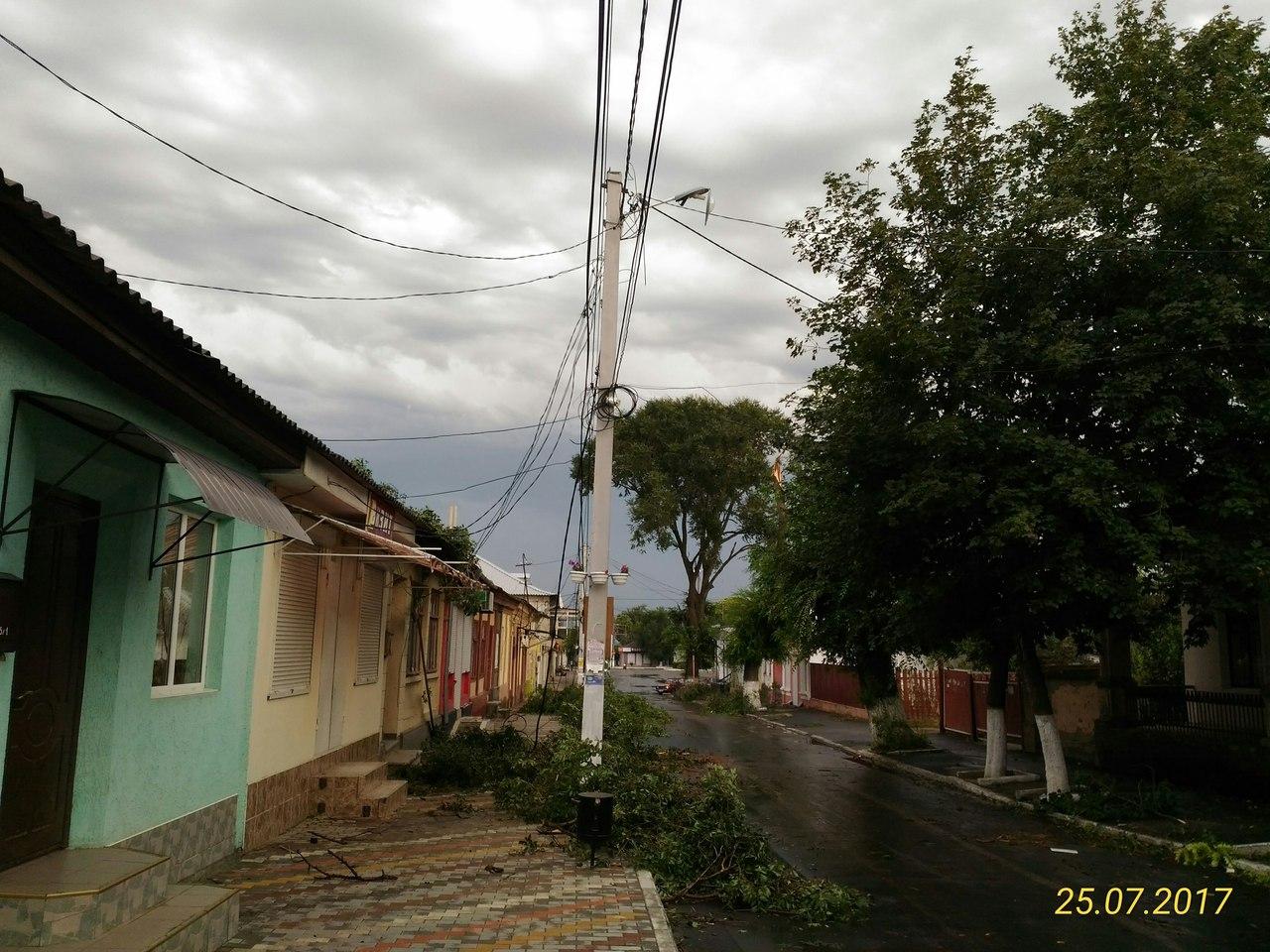 URkr-SmHjV8 По Рени и району прокатился ураган, принесший немало хлопот коммунальщикам, местным жителям и фермерам