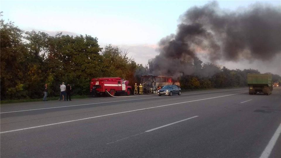 f3e5a9005cd3 На Киевской трассе дотла сгорели пассажирский автобус и иномарка