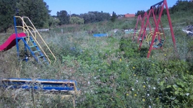 f65e0f8358d5 В Рени предвыборные детские площадки зарастают бурьяном