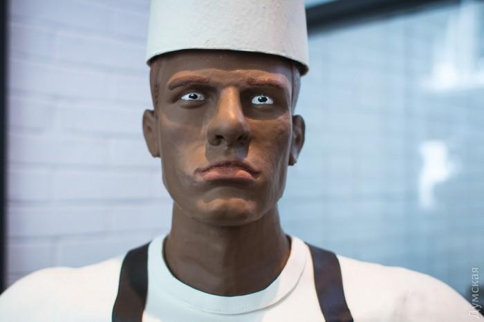 Одесские шоколадные мастера создали рекордную в Украине по высоте сладкую скульптуру повара