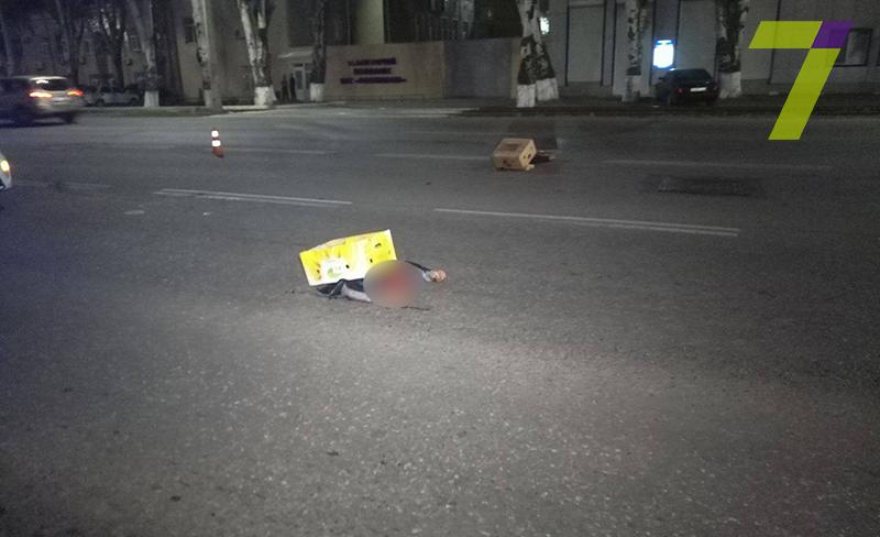 В Одессе автомобиль на скорости около 150 км/час буквально разорвал мужчину напополам (+18)
