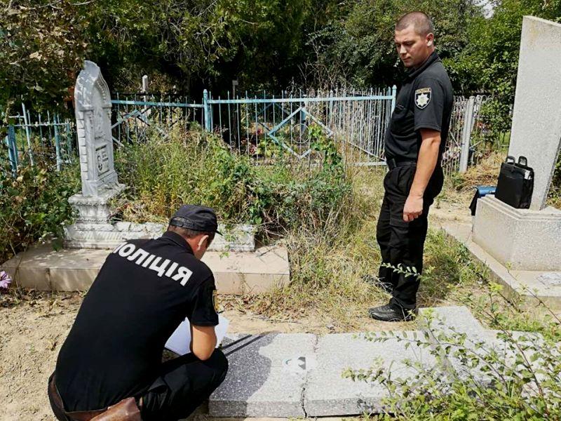 В Рени вандалы надругались над могилами на городском кладбище