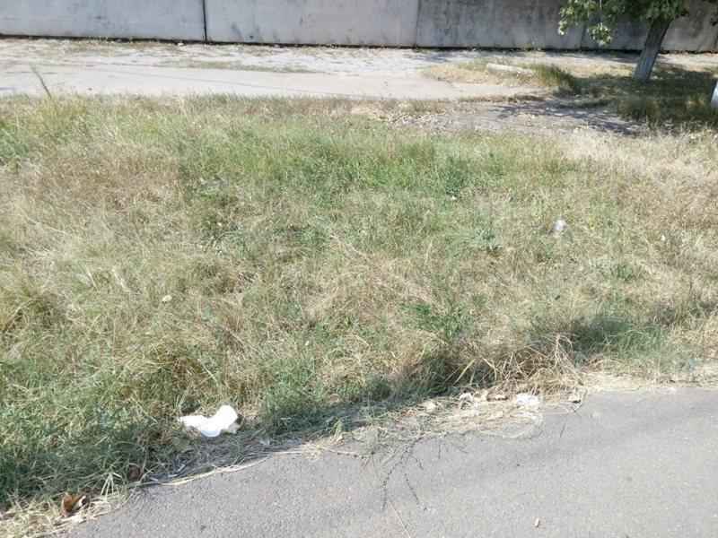 Фотофакт: территория возле тубдиспансера в Измаиле усыпана использованными медицинскими масками