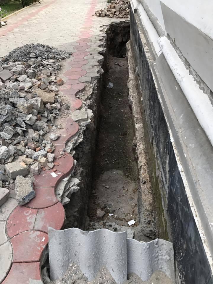 В Килии страдает от подтоплений уникальный храм: служители и прихожане спасают его своими силами