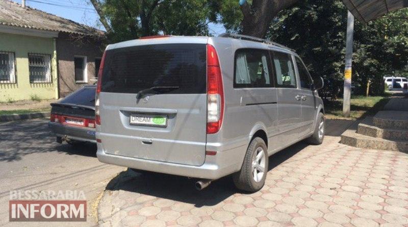 """""""Я паркуюсь как ..."""": Автомобиль секретаря Измаильского горсовета лишил измаильчан тротуара"""