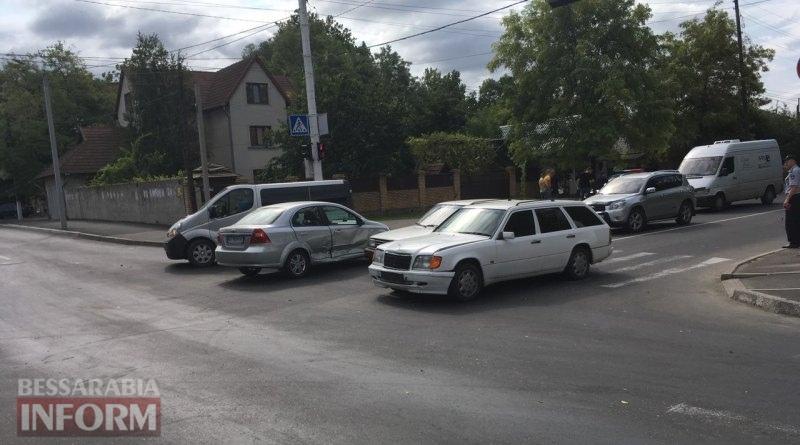 599c0fc672491_3246346 В Измаиле проезд на запрещающий сигнал светофора привел к повреждению двух автомобилей