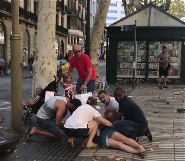 783216_main Кровавый теракт в Барселоне: фургон на высокой скорости проехался по толпе людей