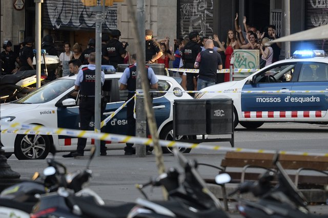 783226_main Кровавый теракт в Барселоне: фургон на высокой скорости проехался по толпе людей