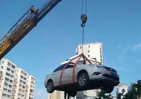 784532_main В Китае машину автохамки эвакуировали на крышу дома