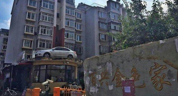 В Китае машину автохамки эвакуировали на крышу дома