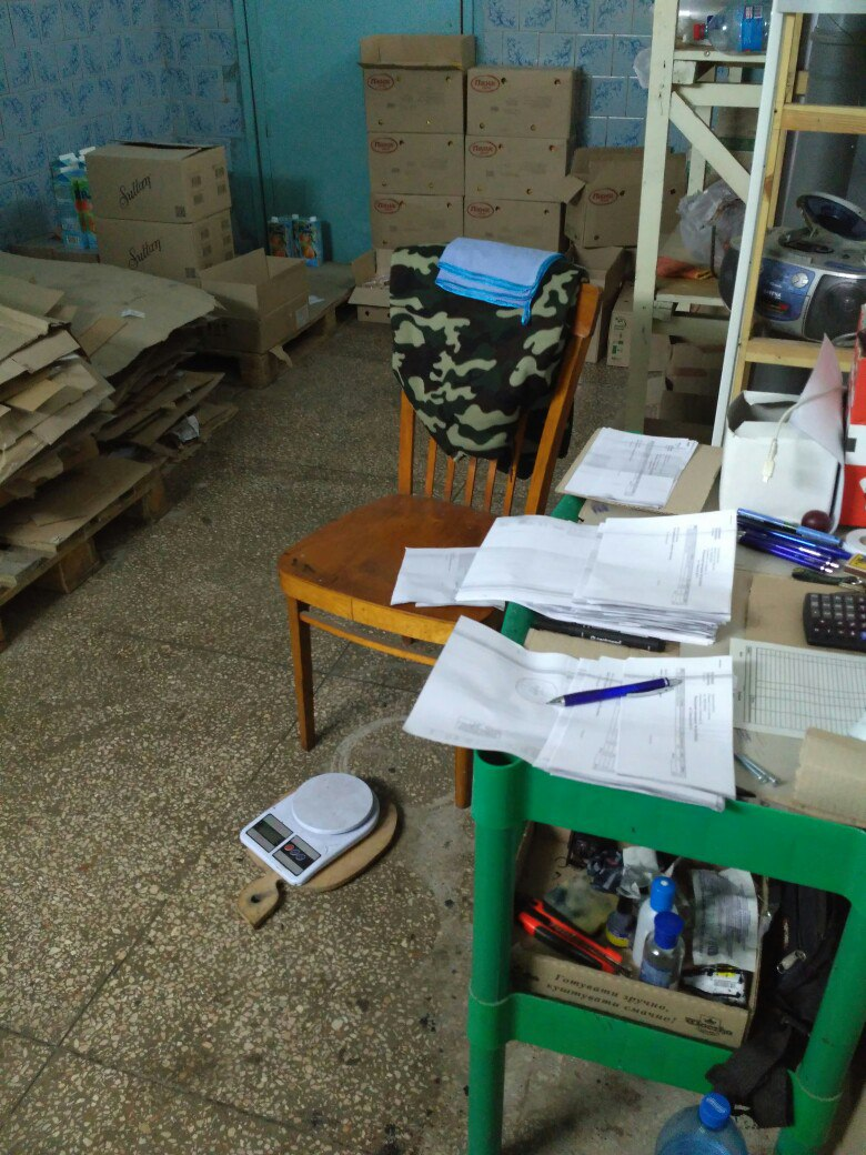 Осторожно - еда! В Измаиле работник склада молочной продукции показал, как сбывают просроченный товар
