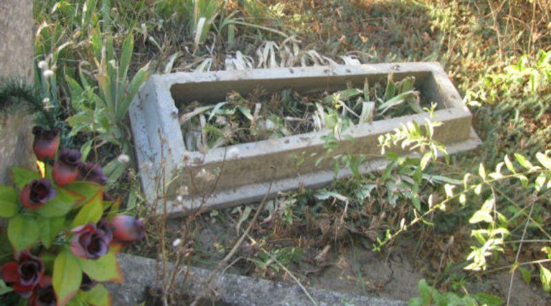 В Саратском районе вандалы разгромили кладбище